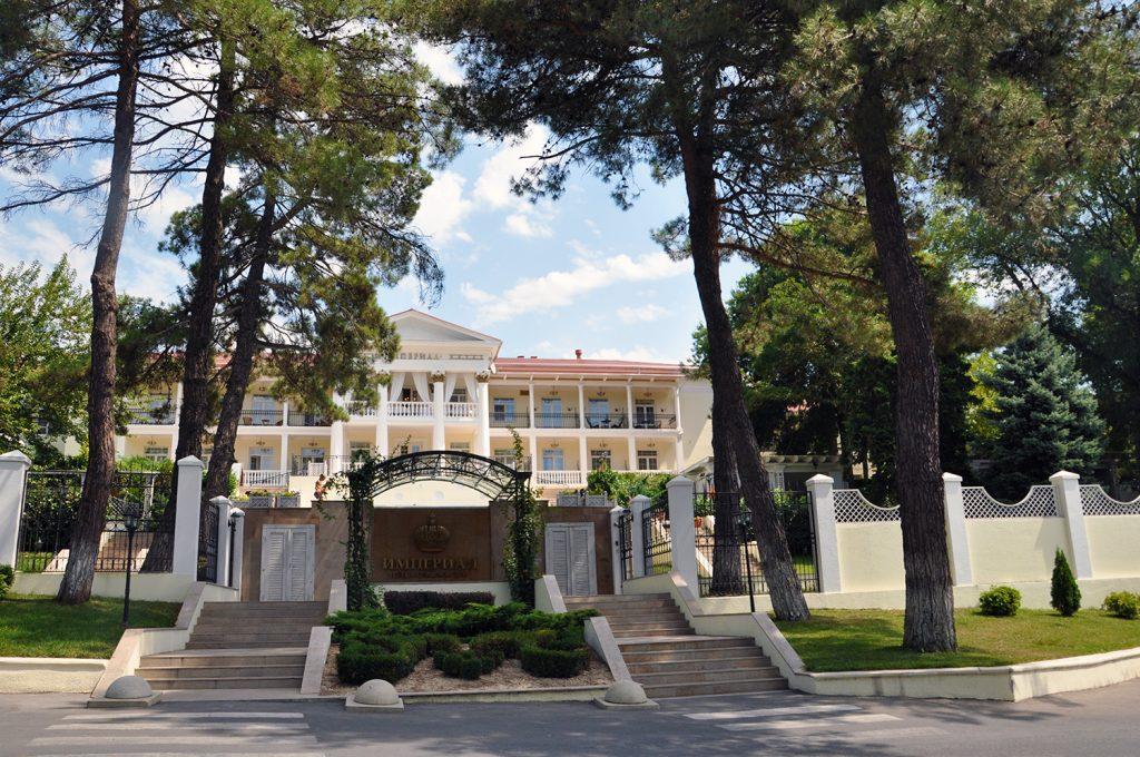 Отель Империал в Абрау-Дюрсо у озера Абрау
