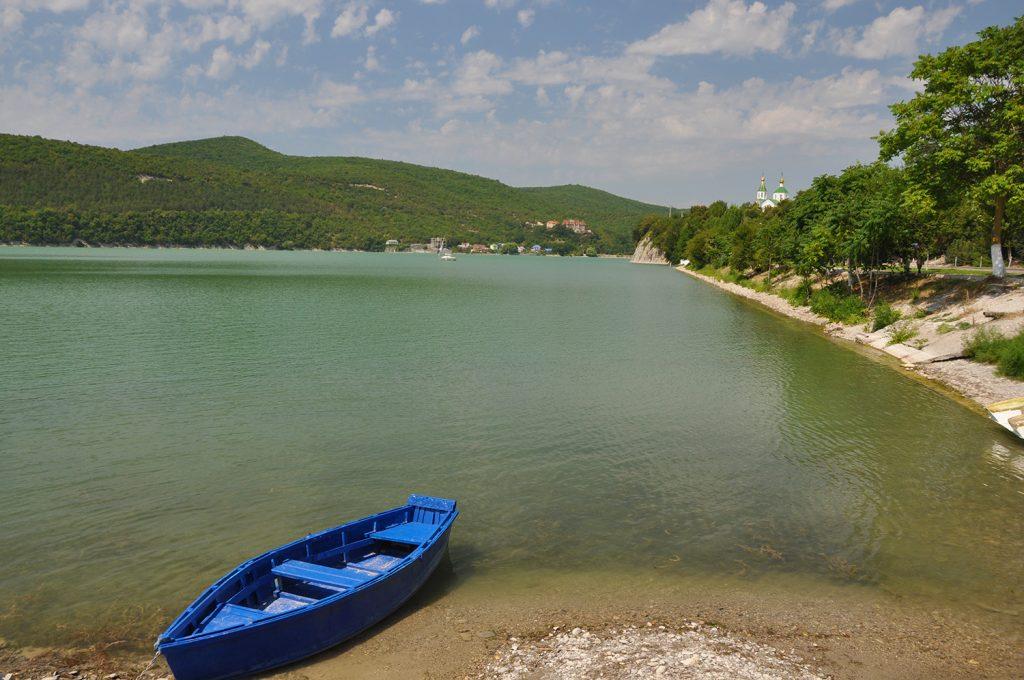 Лодка у озера Абрау в Абрау-Дюрсо