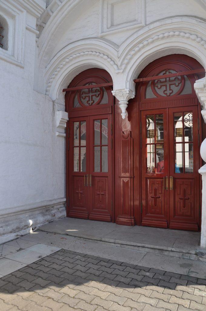 Вход в храм СВЯТИТЕЛЯ нИКОЛАЯ В пЫЖАХ в Москве.