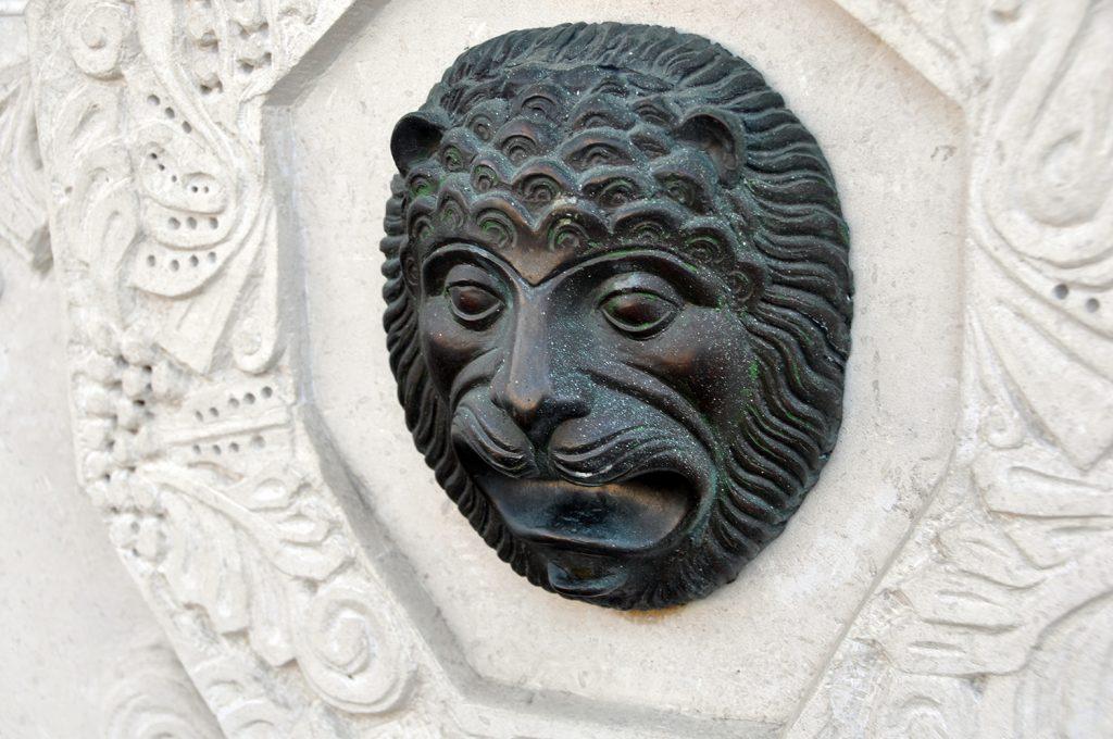 Лев на источнике в Марфо-Мариинской обители.