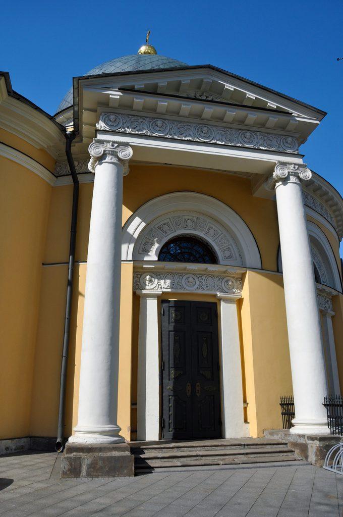 Вход в Скорбященскую церковь на Большой Ордынке в Москве.