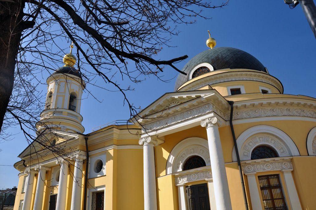 Фасад церкви Всех Скорбящих Радость на Большой Ордынке в Москве.