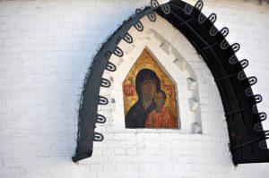 Казанская икона Божией Матери на фасаде Покровского храма в Марфо-Мариинской обители в Москве.