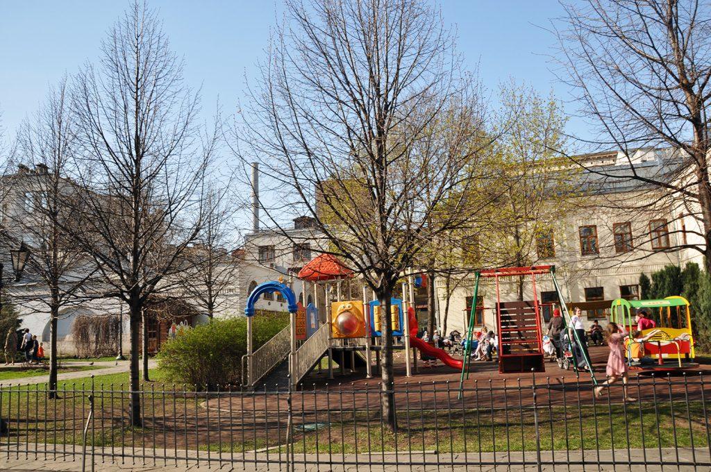 Детская площадка у Марфо-Мариинской обители в Москве.