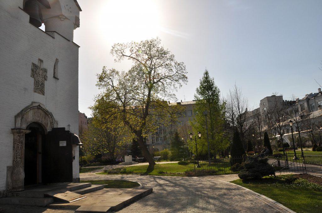 Территория Марфо-Мариинской обители в Москве.2