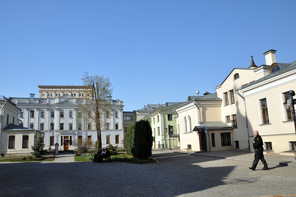 Территория Марфо-Мариинской обители в Москве.