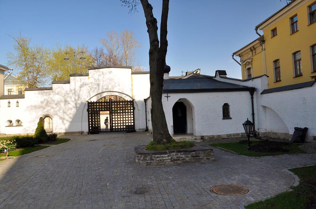Выход из Марфо-Мариинской обители в Москве.