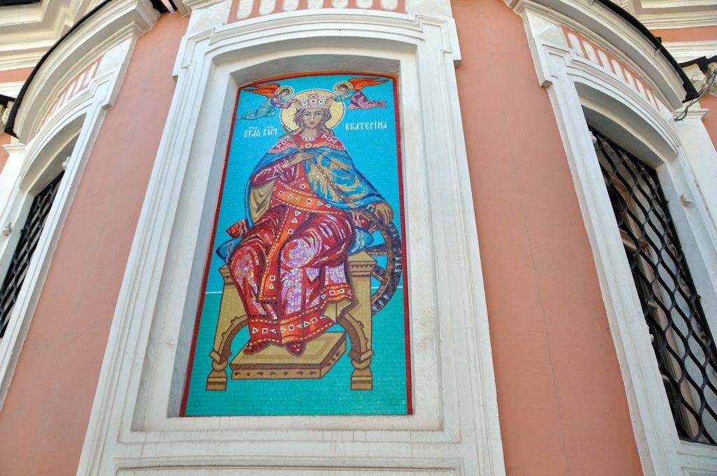 Икона великомученицы Екатерины на фасаде храма Великомученицы Екатерины на Всполье. на Большой Ордынке, 60/2 в Москве.