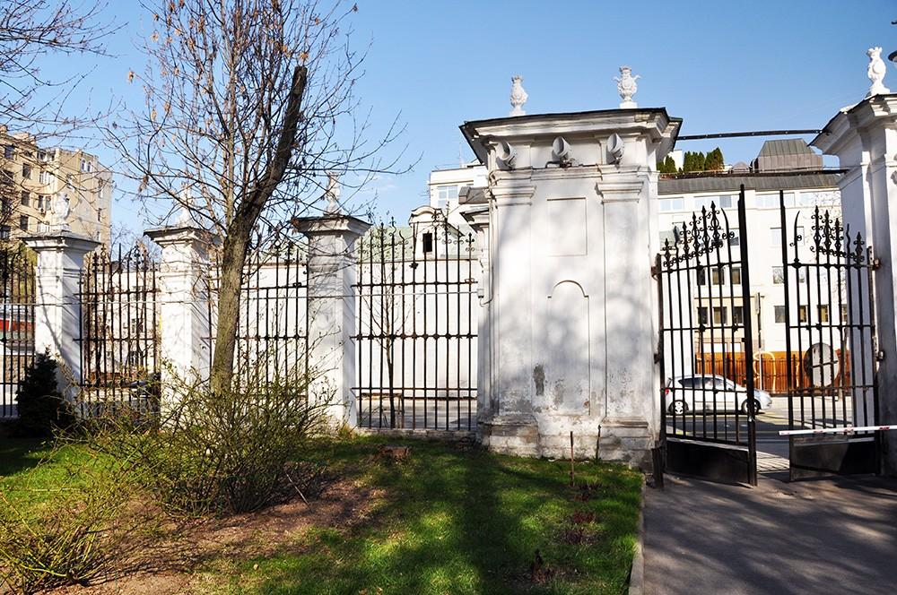 Ограда храма Екатерины на Всполье. на Большой Ордынке, 60/2 в Москве.
