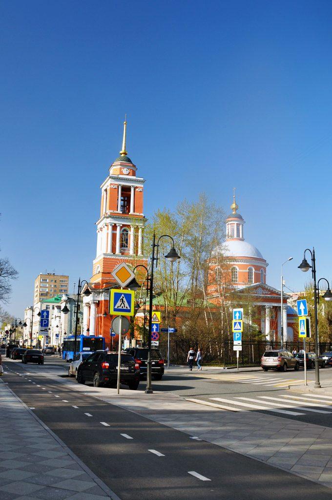 Москва, улица Пятницкая, 51 стоитхрам Троицы Живоначальной в Вишняках.