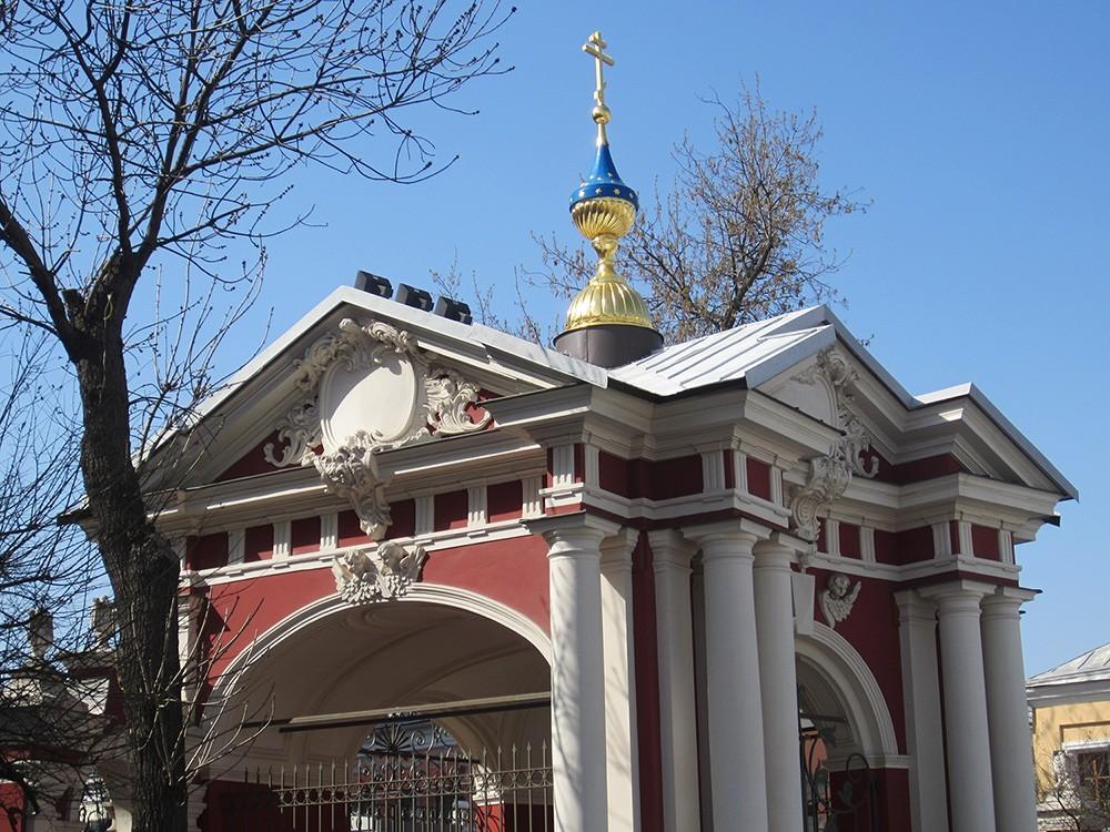 Храм Климента, папы римского на Пятницкой улице в Москве. Входной павильон - купол.