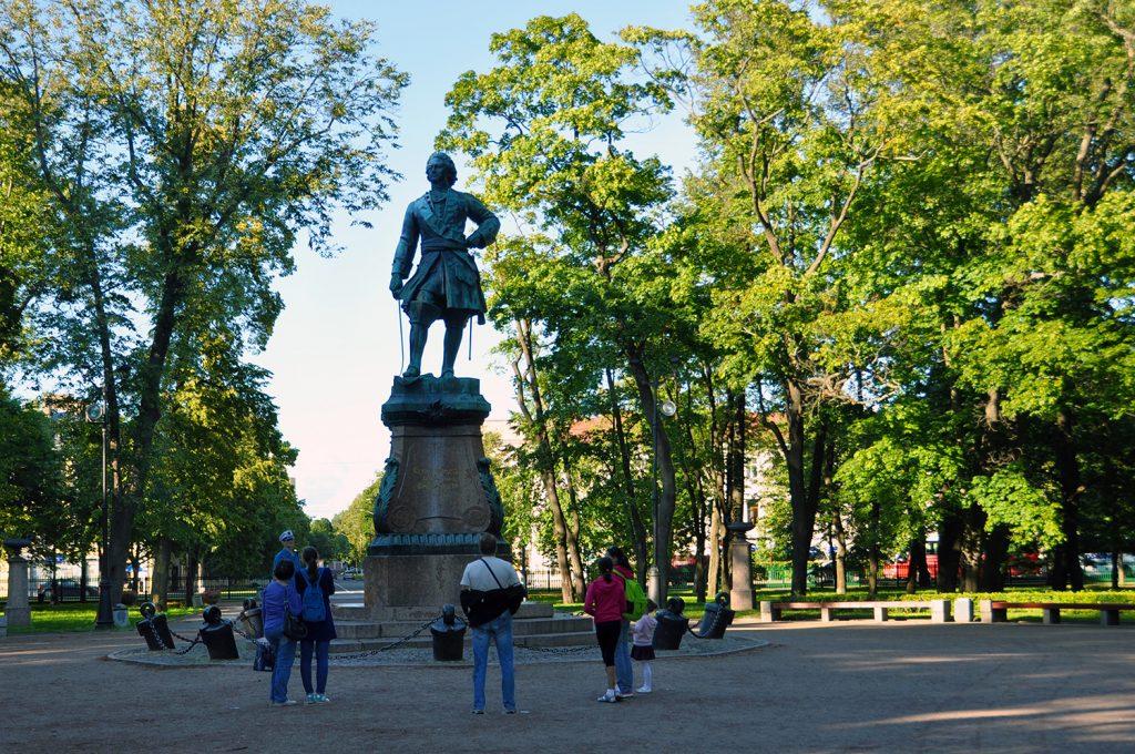 Петровский парк и памятник Петру Великому