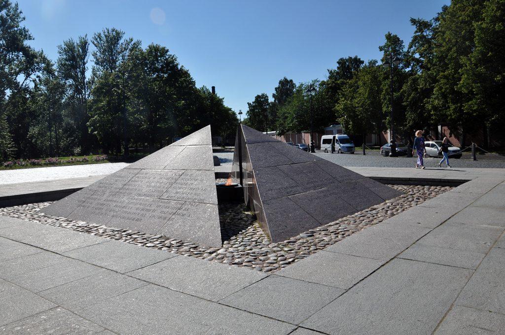 Мемориал «Огонь Славы» на Якорной площади в Кронштадте