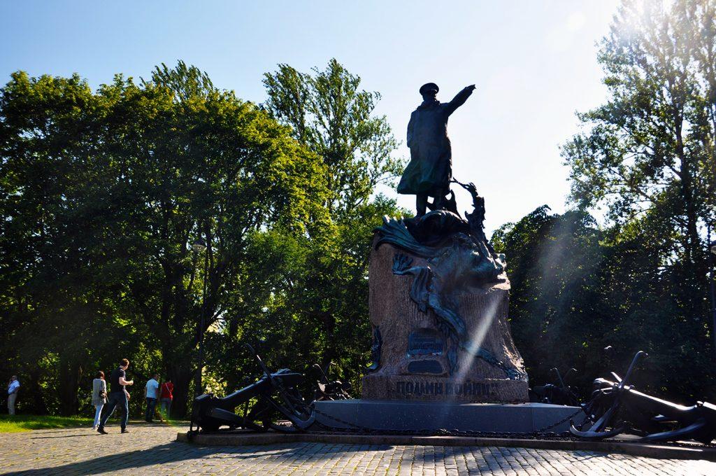 Памятник С.О.Макарову на Якорной площади в Кронштадте