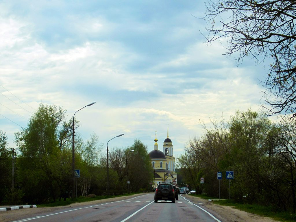 Дорога к храму Преображения Господня в Радонеже.