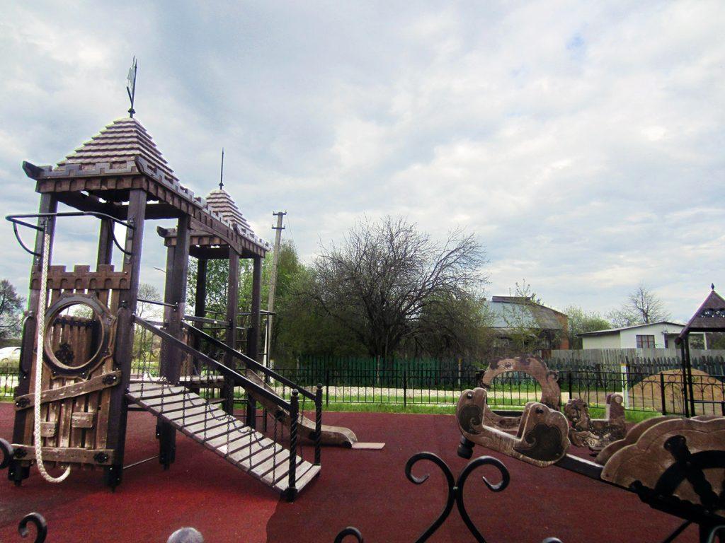Детская площадка у храма Преображения Господня в Радонеже