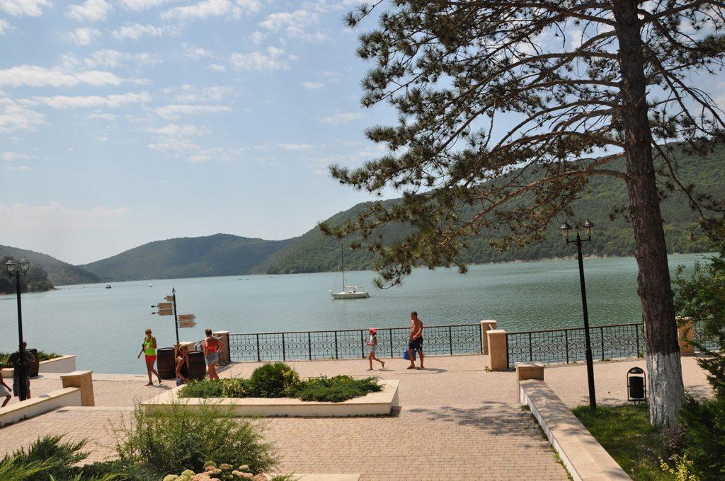 Набережная прекрасного озера Абрау в Абрау-Дюрсо