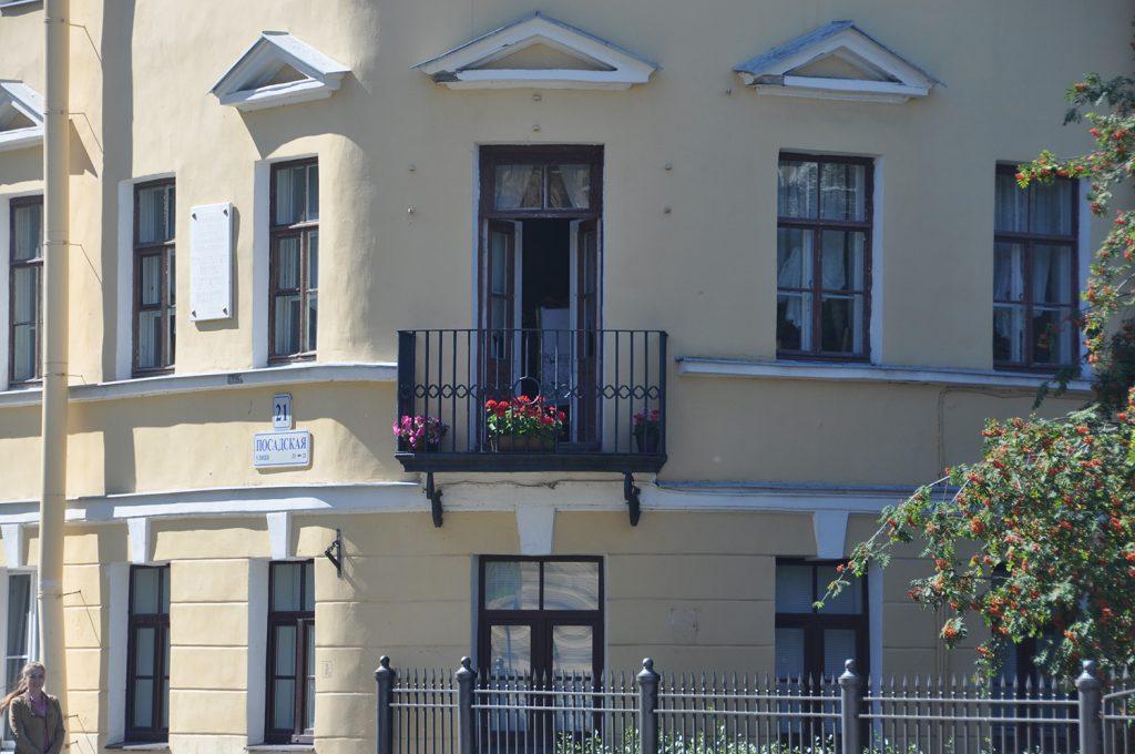 С этого балкона батюшка благословлял приходивших В кРОНШТАДТЕ