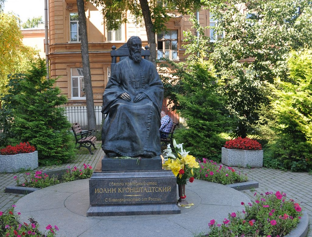Памятник отцу Иоанну Кронштадтскому у мемориального музея в Кронштадте