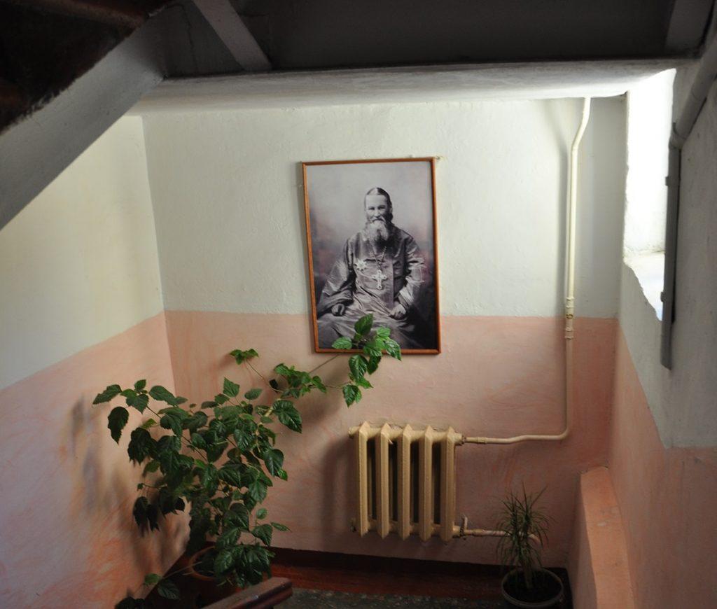 Лестница на второй этаж в мемориальной квартире Иоанна Кронштадтского в Кронштадте.