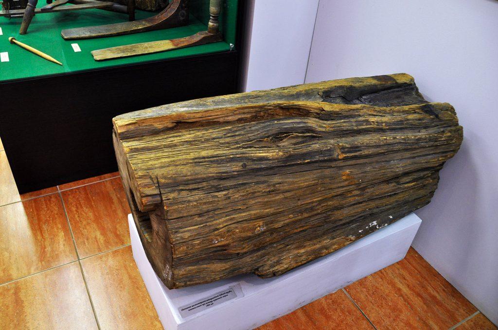 Фрагмент шестиметровой дубовой водопроводной трубы в музее истории Кронштадта в Кронштадте
