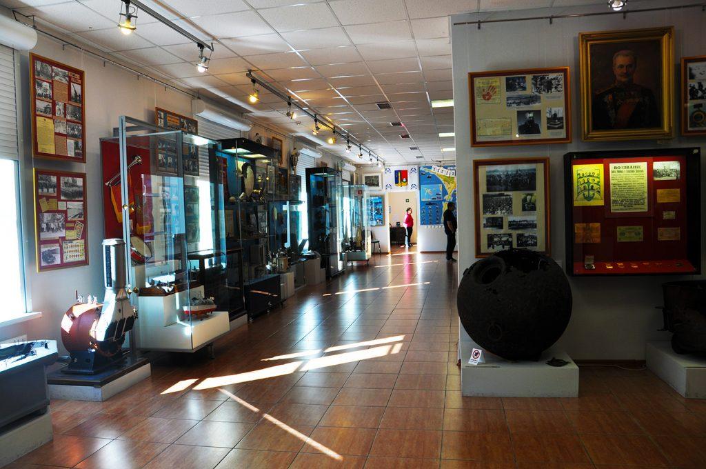 Зал, посвящененный событиям XXв. в музее истории Кронштадта в Кронштадте