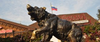 Скульптура рычащего медведя в Ярославле.