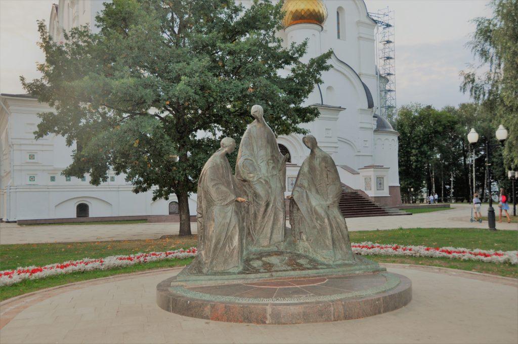 13. Скульптура «Троица Ветхозаветная» в Ярославле