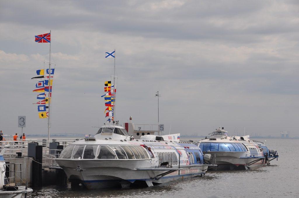 Теплоходы «Метеор» у пристани в Петергофе.