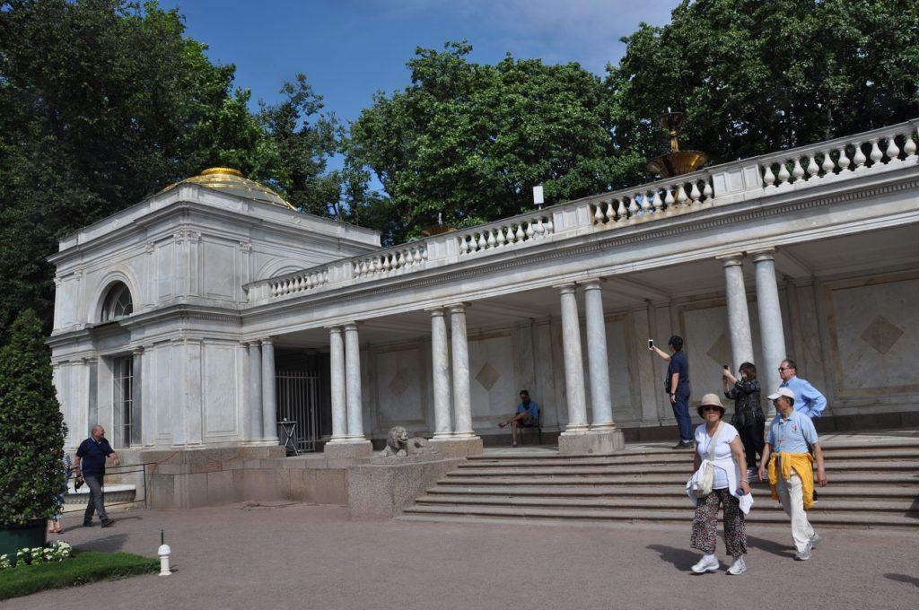 Воронихинские колоннады в Петергофе.