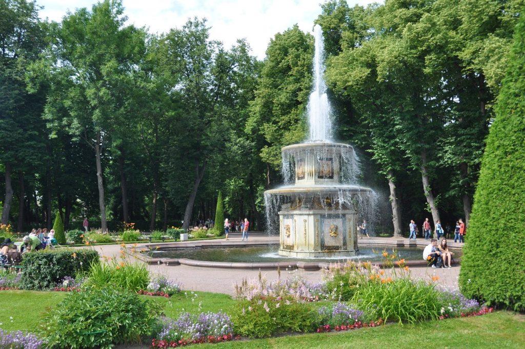 Римский фонтан В петергофе.