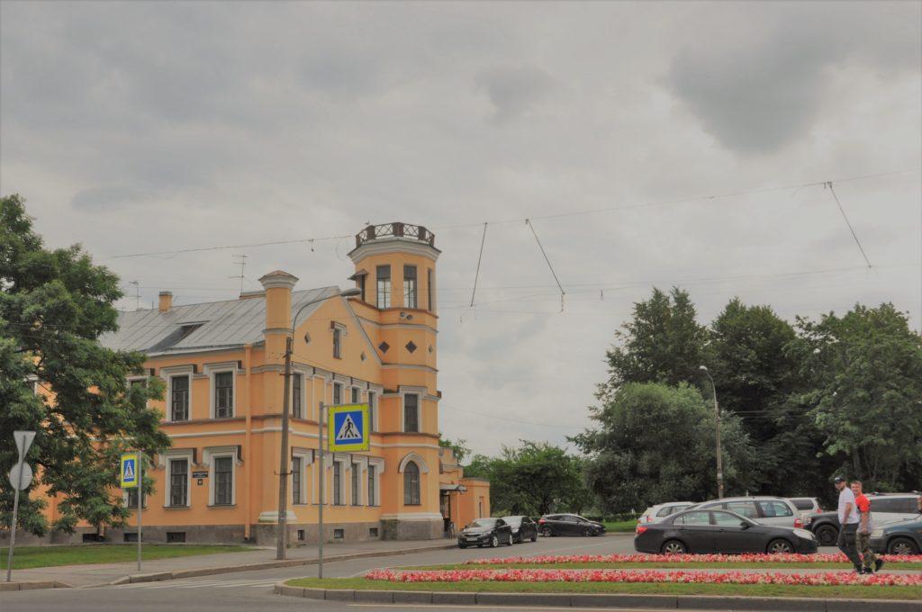 Санкт-Петербургский проспект в Петергофе.