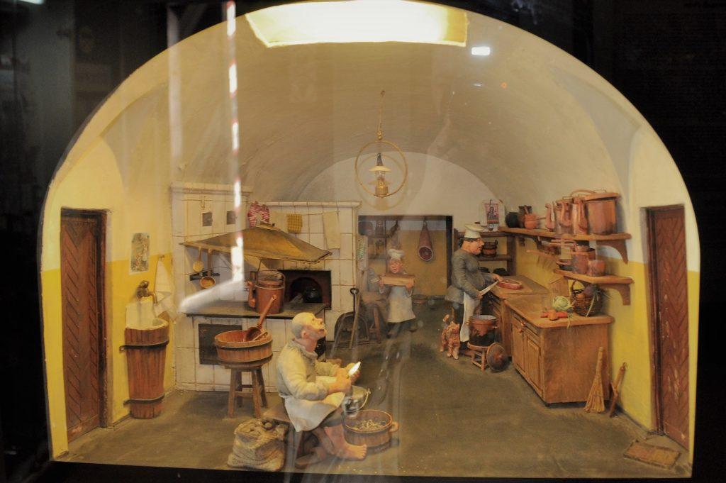 Приготовление пищи для арестантов в кухне тюрьмы Трубецкого бастиона в 1890-е гг. Макет.