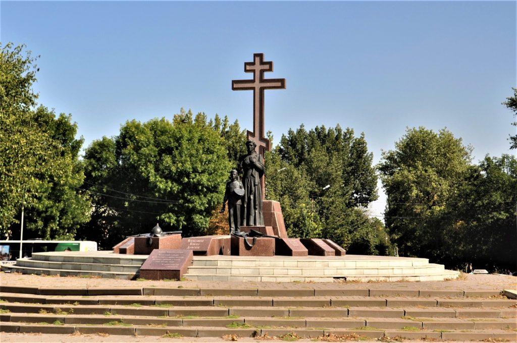Новочеркасск. Памятник примирения и согласия за собором.