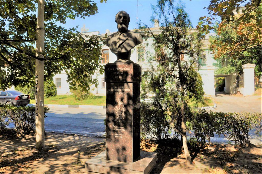 Новочеркасск.Памятник Л.Фрикке.
